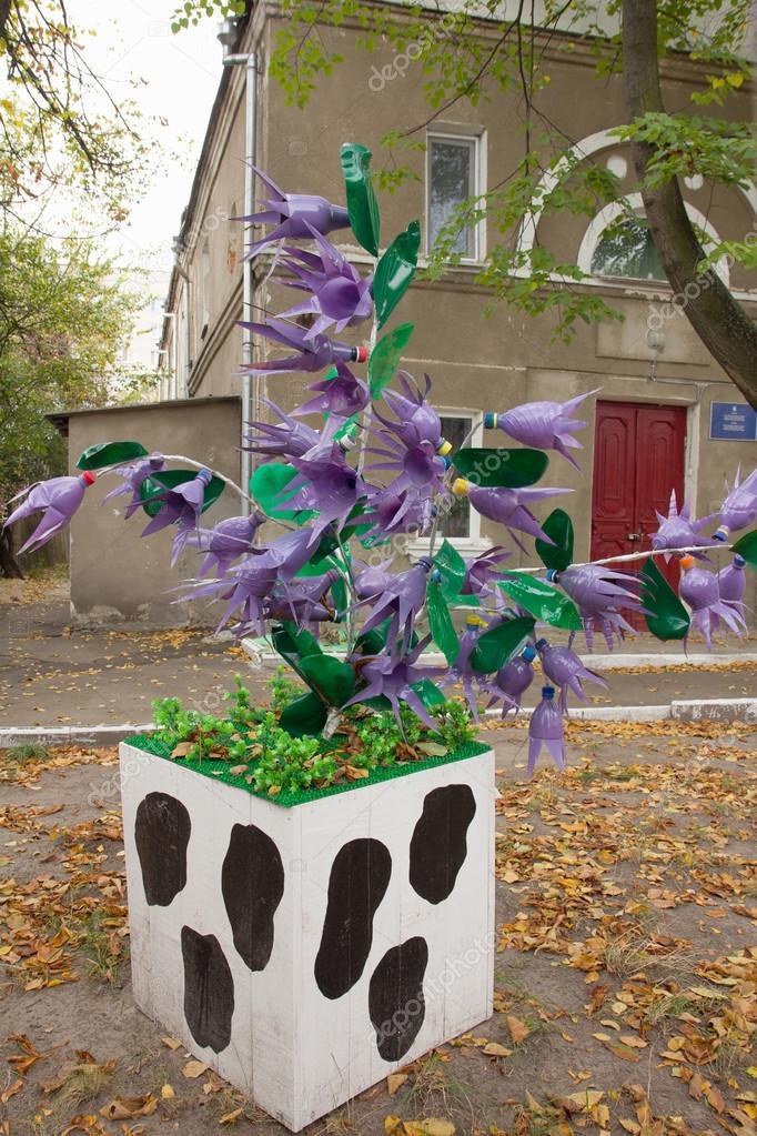 arbre avec des fleurs faites partir de bouteilles en plastique photo 22867286. Black Bedroom Furniture Sets. Home Design Ideas