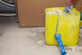 Rodillo de pintura en lata de pintura — Foto de Stock