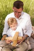 Ojciec i syn na pikniku rodzinnym latem — Zdjęcie stockowe