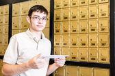 Studente controllando la posta — Foto Stock