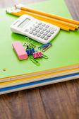 Útiles escolares, lápices, cuaderno de notas, calculadora — Foto de Stock