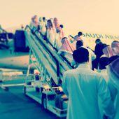 Passengers entring airplane to travel — Stock Photo