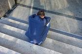 Eenzame man zittend op de trap — Stockfoto
