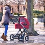 ung kvinna gå med sitt barn i parken — Stockfoto