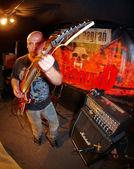 Gitarist stüdyoda gerçekleştiriliyor — Stok fotoğraf