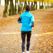 Female jogger in the park — Stockfoto