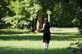 Young woman playing frisbee — Stock Photo