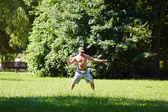 Joven jugando frisbee — Foto de Stock