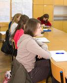 Jeunes femmes à l'examen final avec professeur — Photo