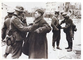 German troops disarming Soviet soldiers in Berlin during Second World War — Stock Photo