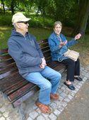 Couple de personnes âgées dans le parc — Photo
