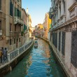 Converging view of Venice buildings along the canal and walkway — Stock Photo