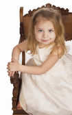 Liten flicka i vit klänning — Stockfoto