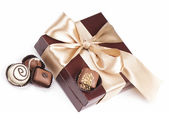 Brun låda med godis och gyllene band — Stockfoto