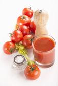 Tomato juice, salt and tomatoes — Stock Photo