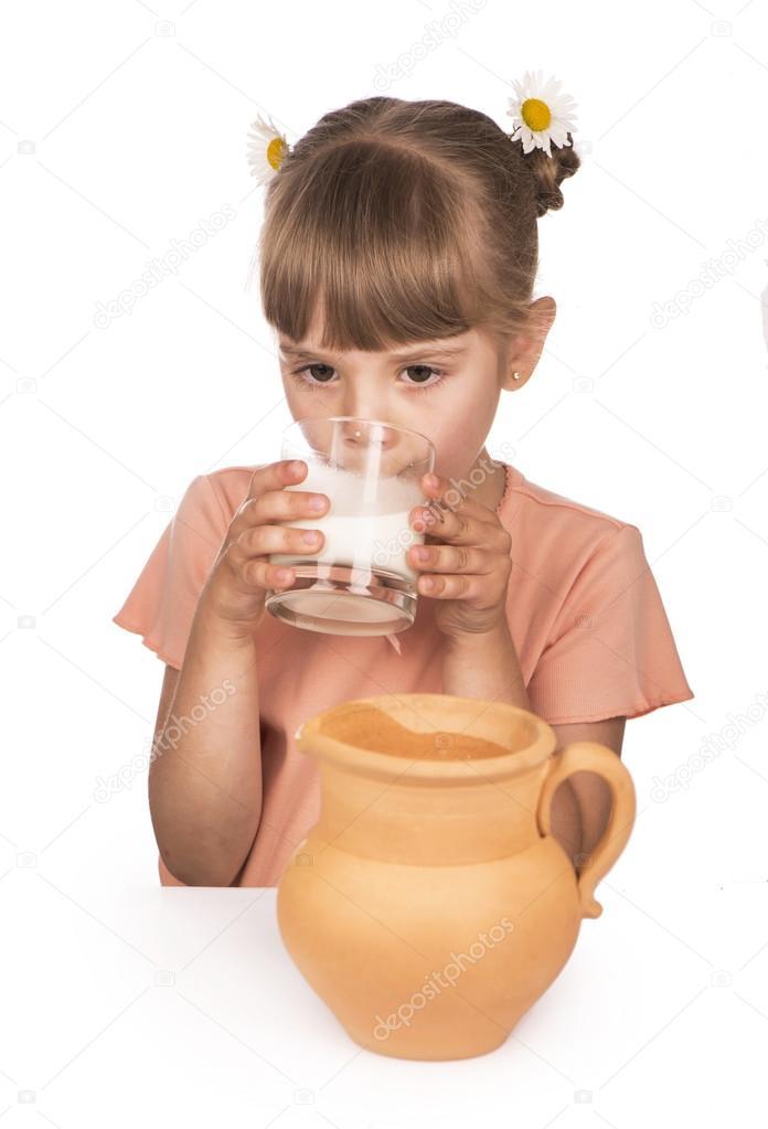 喝牛奶被隔绝在白色背景上的小女孩– 图库图片