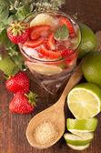 Mojito aardbei cocktails, kalk, aardbei, muntblaadjes — Stockfoto