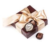 Caixa marrom com doces e fita dourada — Foto Stock