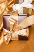 Bruine doos met snoepjes en gouden tape — Stockfoto