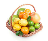Fresh citrus fruit with leaves in a wicker basket — Foto de Stock