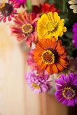 Bouquet von schönen wilden blumen in einem flecht-korb — Stockfoto
