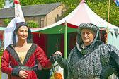 Uomo e giovane donna in costume medievale. — Foto Stock