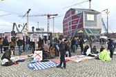 Protesters against rebuilding of an historic Palace in Berlin city centre. — Stock Photo
