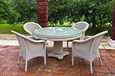 Bord och stolar trädgårdsmöbler. — Stockfoto