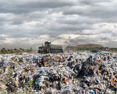 Escavadeira em um depósito de lixo — Foto Stock