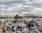 Niveladora en un vertedero de basura — Foto de Stock