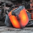 Foto Stock: Steel ingot in workspace