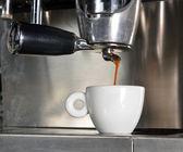 наливая в чашку эспрессо — Стоковое фото