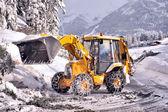 Leeren straßen von schnee und abgefallener baum — Stockfoto