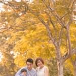 asiatique jeune famille s'amuser en plein air en automne — Photo #51584803