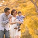 asiatique jeune famille s'amuser en plein air en automne — Photo #51585041