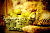 Basket of figs and straw hat — Stock Photo