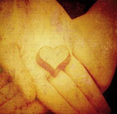 Bombones en manos en forma de corazón — Foto de Stock
