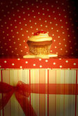 Chocolate cupcake decorated with flowers for gift — ストック写真