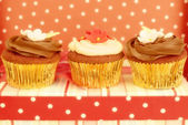 Cupcakes decorated in chic polka dots background — Stock Photo