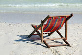 Chaise lounge op een strand — Stockfoto