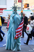 Artist imitating statue of liberty — Stock Photo