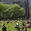 People enjoying a nice day in Bryant Park — Stock Photo