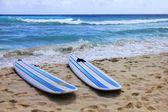 доски для серфинга на пляже — Стоковое фото