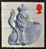 A Stamp printed in Great Britain showing Crowned Lion and Shield of Saint George — Stock Photo