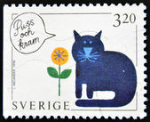 Znaczek drukowane w szwecji, pokazuje, że kot wieje buzi i przytulić — Zdjęcie stockowe