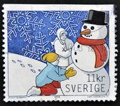 Een stempel gedrukt in zweden toont kinderen bouwen een sneeuwpop — Stockfoto
