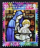 Un francobollo di natale stampato in spettacoli di guernsey vergine ed il bambino vetrata, san salvatore — Foto Stock