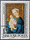 Een stempel gedrukt in hongarije toont madonna en kind, trensceny — Stockfoto