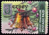 Un sello impreso en jersey muestra imagen de una campana y un árbol de navidad — Foto de Stock