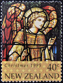 Um selo impresso na nova zelândia, dedica-se ao natal, janelas de vidro manchadas, mostra o arcanjo gabriel — Foto Stock